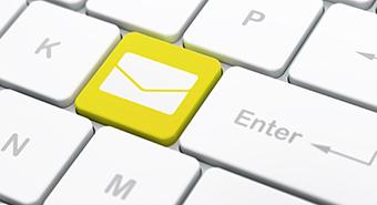 tangentbord där en tangent med symbolen brev är markerad